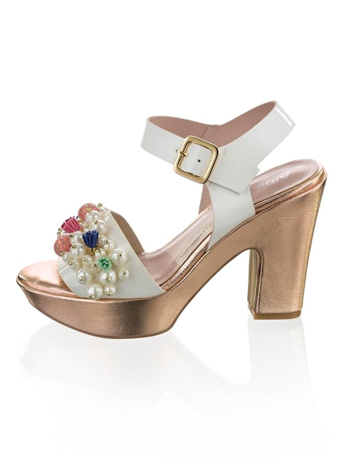 Sandaaltje met rijkelijk versierd bandje
