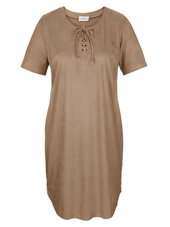 Kleid mit modischer Schnürung im Ausschnitt