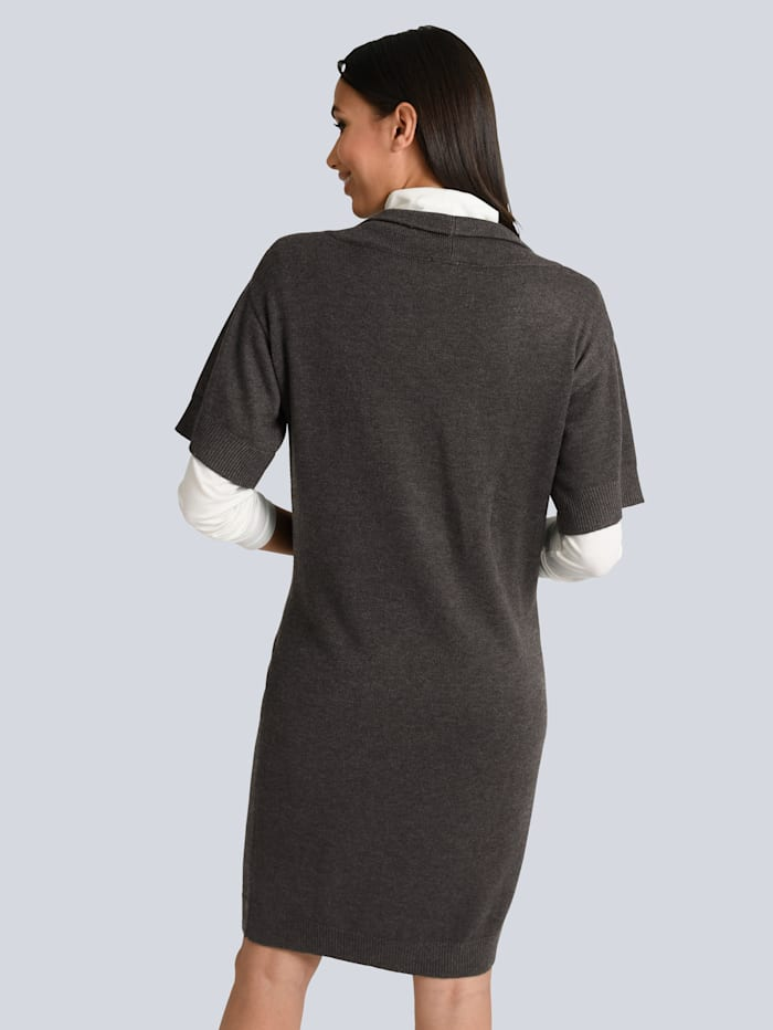 Kleid mit dekorativem Schmuckband am Ausschnitt