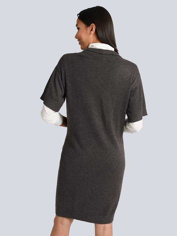 Stickad klänning i elegant modell