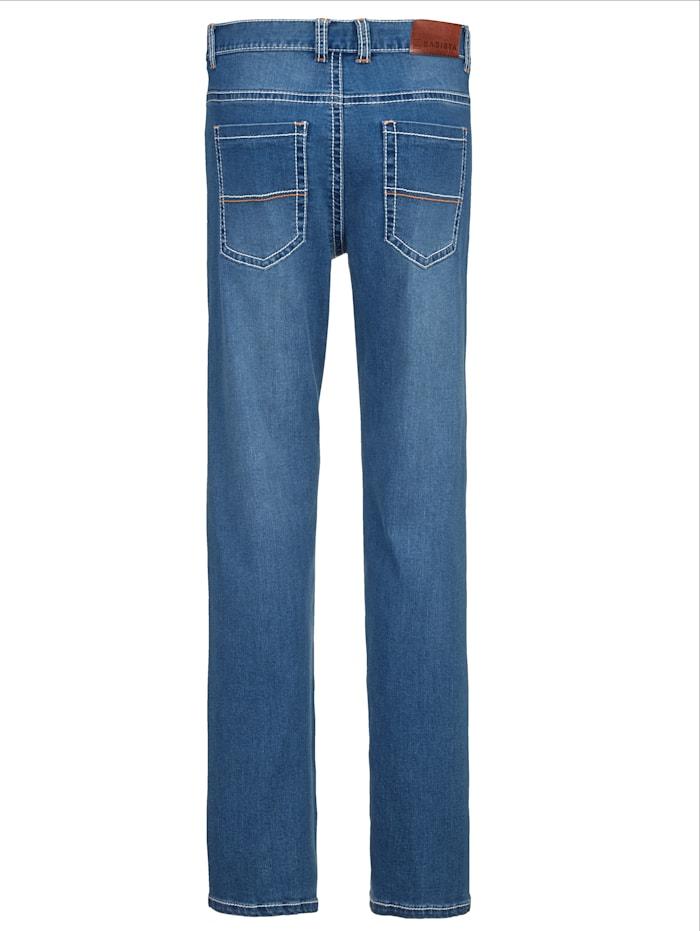 Jeans mit modischen Kontrastnähten