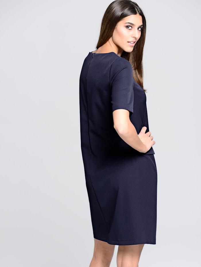 Šaty v lehce hranatém tvaru