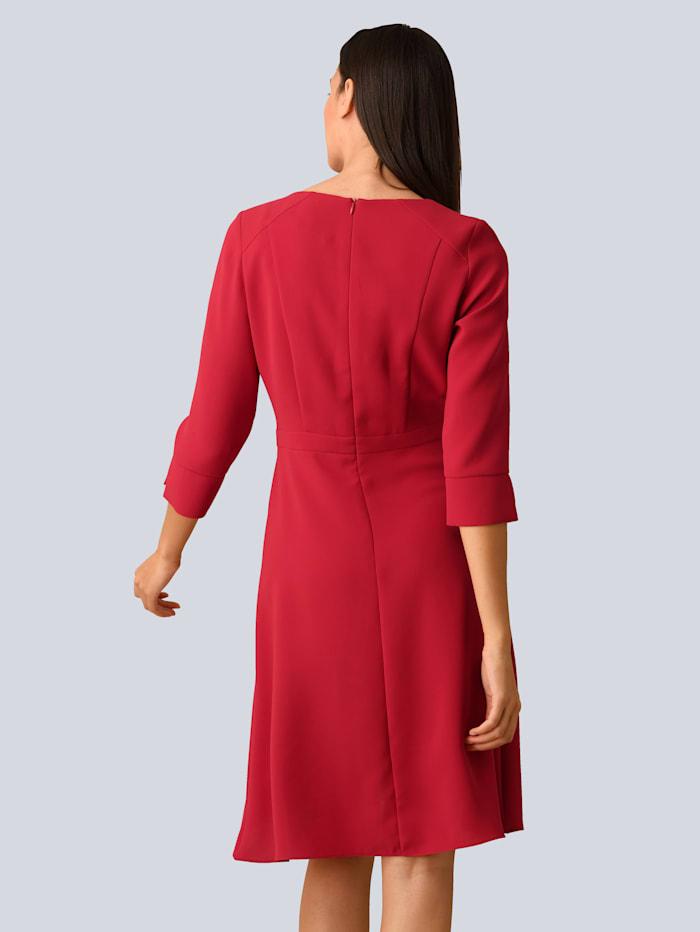 Klänning med elegant volang