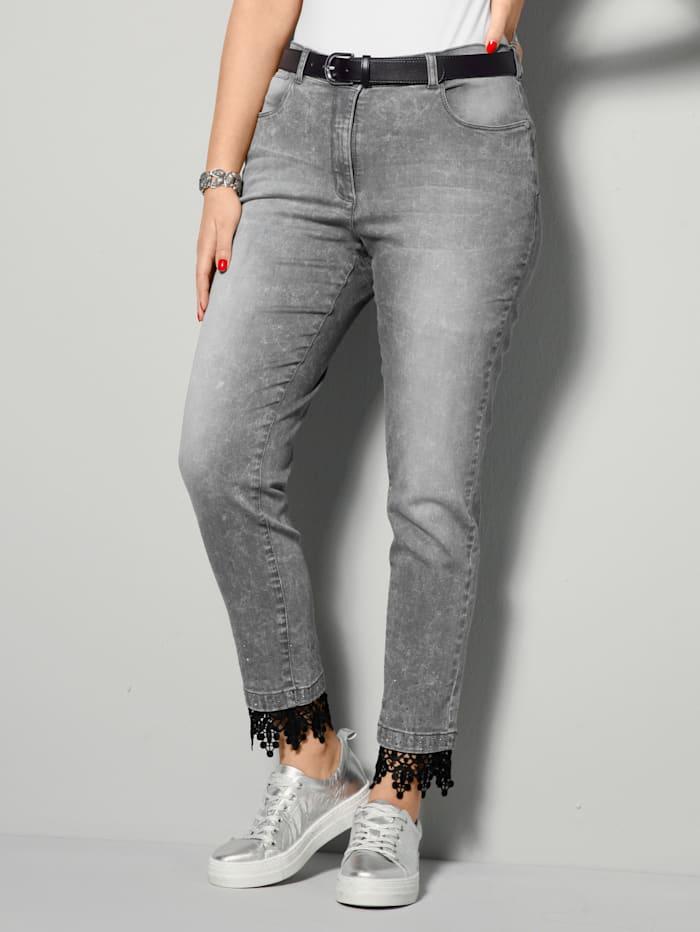 Jeans mit modischer Spitze am Saum