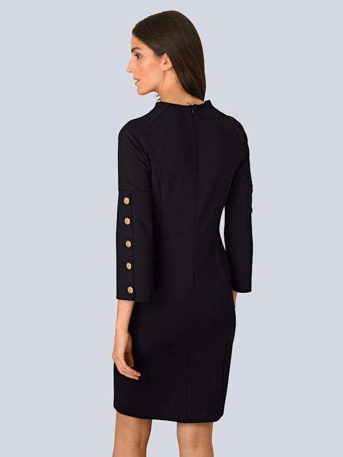 Kleid mit dekorativen Knöpfen seitlich am Ärmel