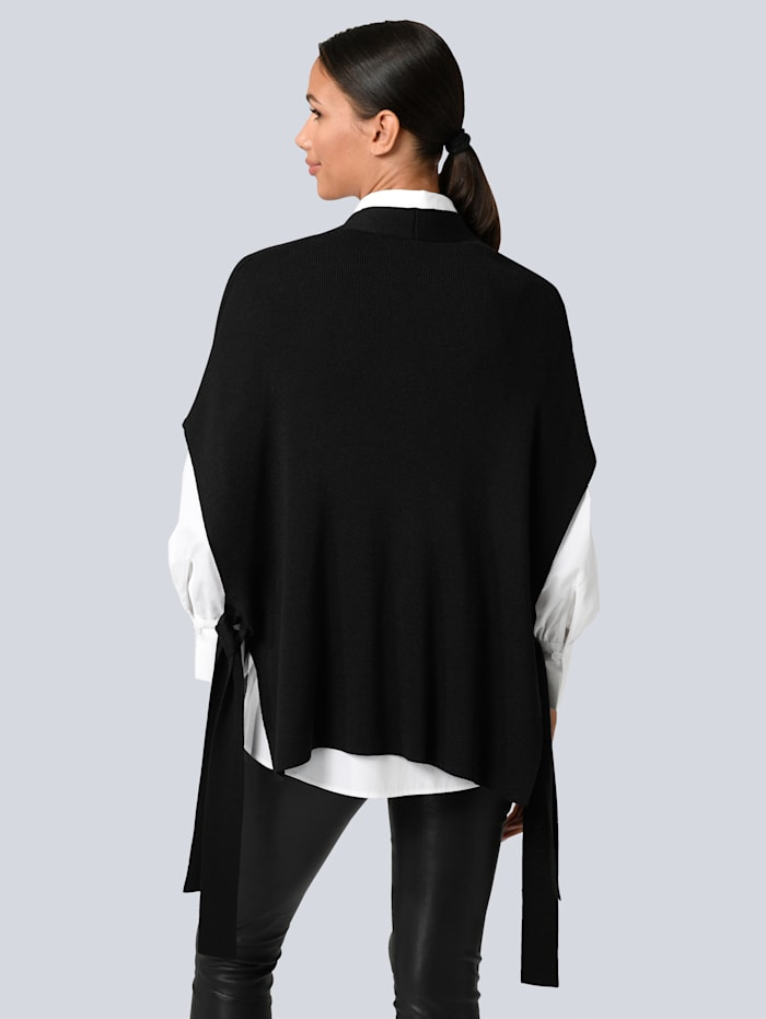 Strickjacke in modischer Cape-Silhouette