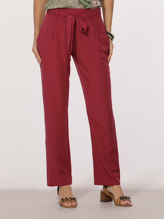 Pull-on trousers with a touch of linen
