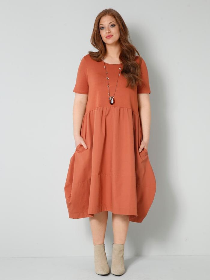 Sara Lindholm Kleid in modischer Form, Cognac