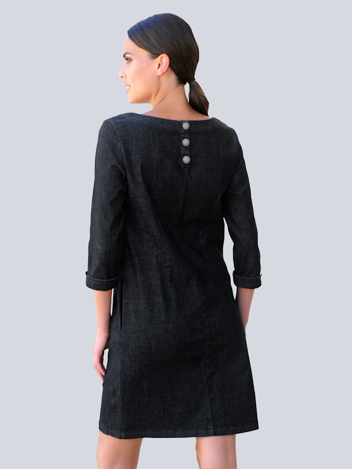 Džínové šaty v módním střihu