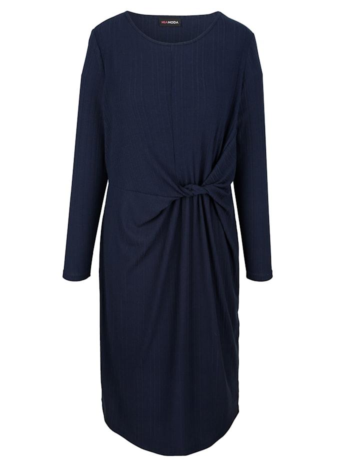 Robe avec noeud fantaisie à la taille