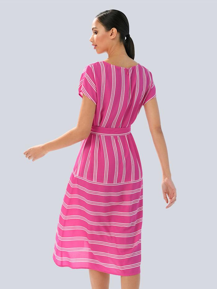Kleid im modischen Streifendessin