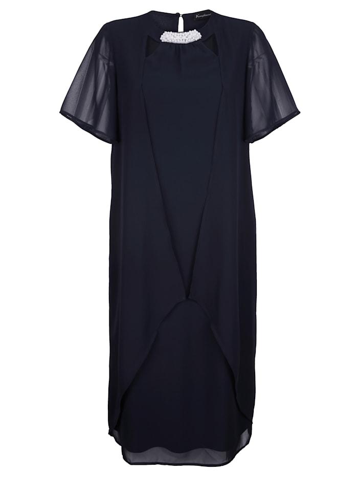 Šifónové šaty s výrezmi a dekoratívnymi perličkami